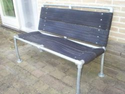 The seat and backrest of this bench were made from old car tires.